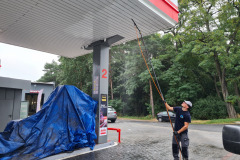 Mycie podbitki dachowej na stacji benzynowej