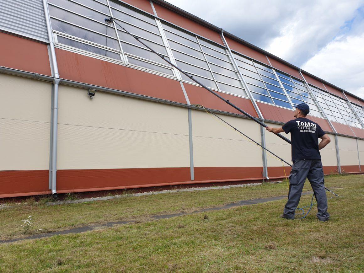 Mycie dachu skośnego z elementami przeszklonymi